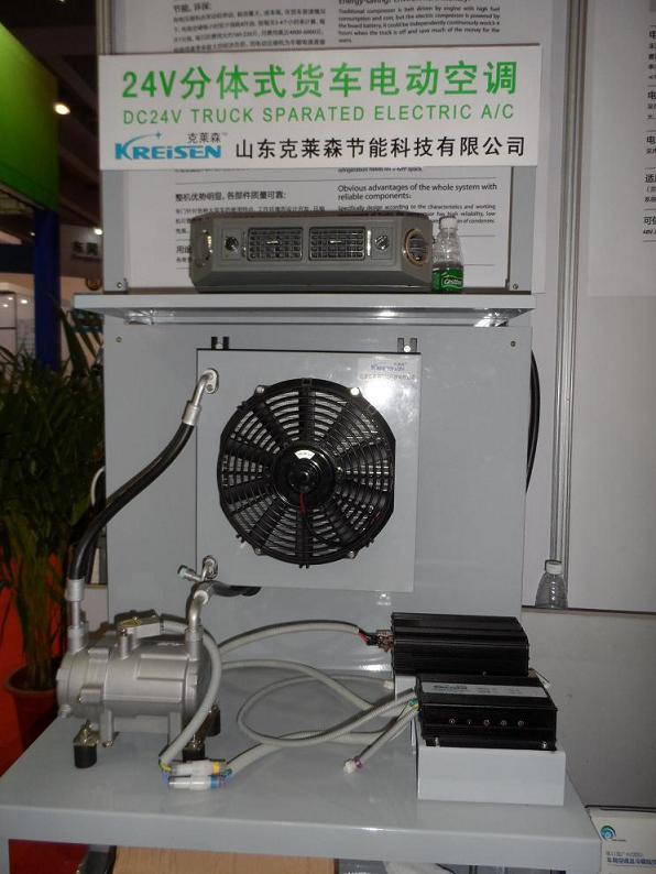 传 统压缩机由发动机带动,耗油量大,成本高,在货车怠速情况下,传统空调每小时至少消耗8升油,按每天3-4个小时来计算,每升7元钱,每日的费用大约 160-220元,月费用高达4000- 6000元,给使用者带来极大的经济负担。而电动压缩机为车载电源直接驱动,无CO2排放,能在汽车熄火状态下 完全独立工作,一组24V/200AH的电瓶可连续工作3-4个小时,经济效益明显。