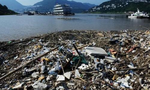 洪峰过后三峡库区每天清理1500吨漂浮垃圾