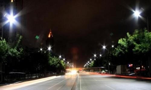 商丘城市照明管理处:为节能减排 冬夜路灯亮一侧