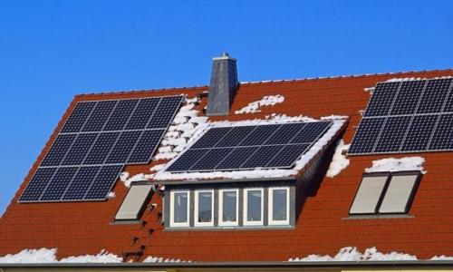 这种会发电的瓦,正在改变全世界的屋顶