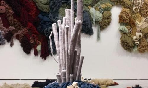 呼吁关注纺织业污染 葡萄牙艺术家用废纱线织出海洋