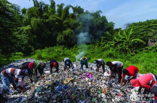 洋垃圾流入东南亚 大量废塑料堆置路边、露天焚烧