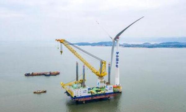 华电海坛海峡海上风电项目首台风电吊装!